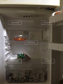 コロナの影響でスッカラカンになった冷蔵庫の写真・画像素材[3111127]
