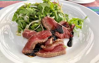 白いお皿に肉と野菜をのせての写真・画像素材[1683313]