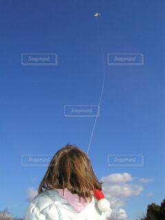 凧揚げをする幼稚園児の写真・画像素材[1559863]