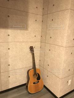 ギターのある部屋の写真・画像素材[1499715]
