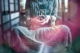 二眼レフカメラを持ってる人の写真・画像素材[1510446]