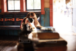 カメラを構える女性の写真・画像素材[1745833]
