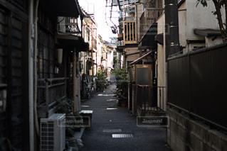 狭い街の通りの写真・画像素材[1745855]