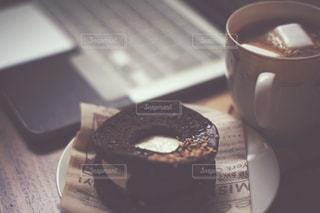 テーブルの上のコーヒー カップとお菓子の写真・画像素材[1745864]
