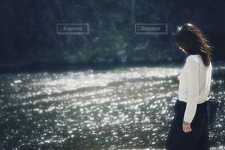 水の前に立っている女性の写真・画像素材[1745880]