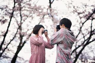 撮り合う2人の写真・画像素材[1745924]