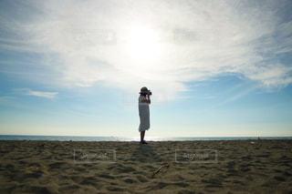 砂浜とカメラ女子の写真・画像素材[1745937]