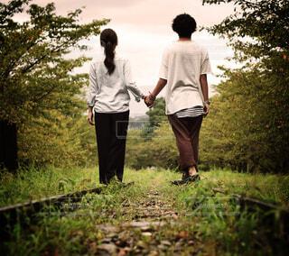 草の中に立っているカップルの写真・画像素材[1745956]