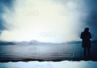 水の前に立っている人の写真・画像素材[1746190]