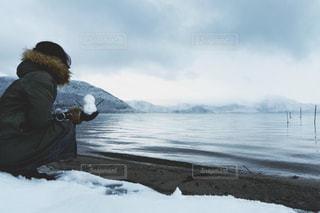 湖を見つめるカメラ女子の写真・画像素材[1746191]