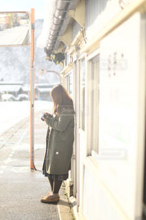 駅の前に立っている人の写真・画像素材[1746209]