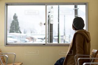待合室から外を見る女の子の写真・画像素材[1746216]