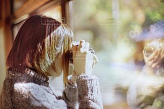 窓に映るわたしの写真・画像素材[1746230]