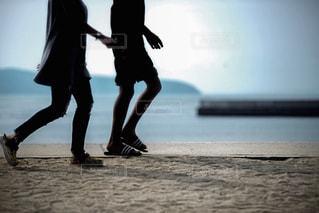 ビーチの上を歩く人の写真・画像素材[1746261]