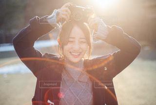 カメラを持って最高の笑顔の写真・画像素材[1784730]