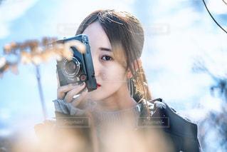 カメラを持って構える女性の写真・画像素材[1784765]