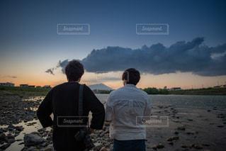 川辺に立つ男性2人の写真・画像素材[1784774]