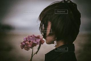 花を持っている女性の写真・画像素材[1784776]