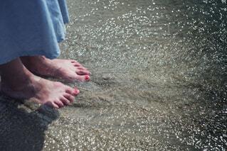 砂浜の上に立っている人の写真・画像素材[1784782]