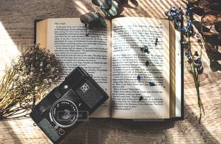 洋書とカメラとドライの写真・画像素材[2015227]