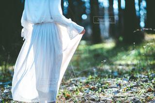白いドレスの人の写真・画像素材[2081896]