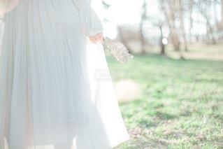 草の中に立っている人の写真・画像素材[2081904]
