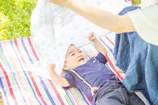 母親と遊ぶ息子の写真・画像素材[2117718]