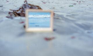 鏡の中の海の写真・画像素材[2249111]