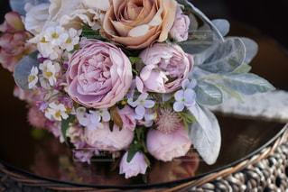 テーブルの上の花の花瓶の写真・画像素材[1616076]