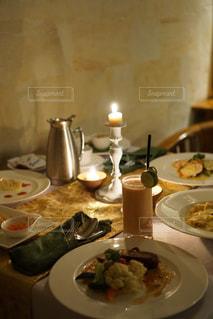 テーブルの上に食べ物のプレートの写真・画像素材[1616096]