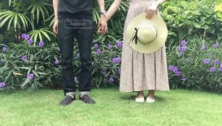 庭に立っている人の写真・画像素材[1708436]