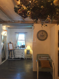 部屋の家具や時計でいっぱいの写真・画像素材[1708441]
