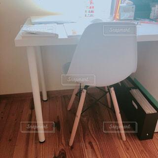 木製テーブルの上に座っているラップトップ コンピューターの写真・画像素材[1514005]