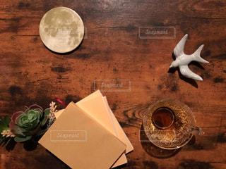 月と本と鳥の写真・画像素材[1501834]