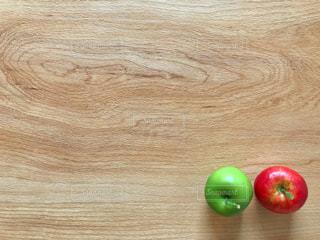 りんご2コと余白の写真・画像素材[1504171]