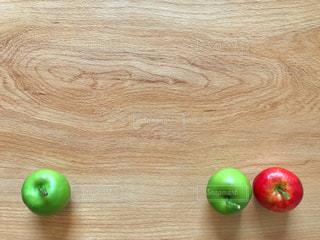りんご3コと余白の写真・画像素材[1504207]