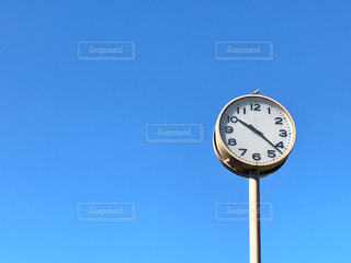 屋外にある時計の写真・画像素材[1606302]