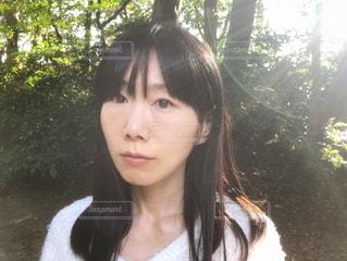屋外にいる女性の写真・画像素材[1608203]