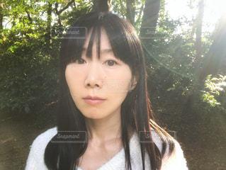 屋外にいる女性の写真・画像素材[1608214]