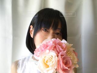 ピンクの花束と女性の写真・画像素材[2079277]