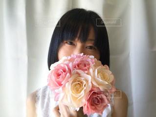 ピンクの花束を持つ女性の写真・画像素材[2079287]