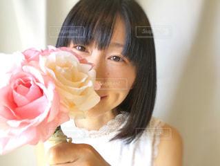 ピンクの花束を持つ女性の写真・画像素材[2080509]