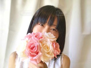 ピンクの花束を持つ女性の写真・画像素材[2080554]