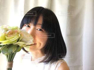 薔薇の花束と女性の写真・画像素材[2080706]
