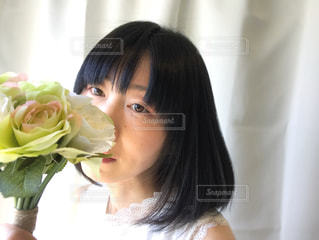 薔薇の花束と女性の写真・画像素材[2080714]