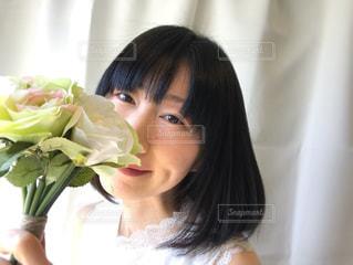 花束と女性の写真・画像素材[2080727]