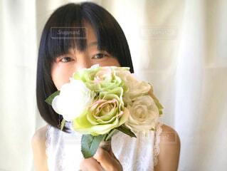 薔薇の花束を持つ女性の写真・画像素材[2080755]