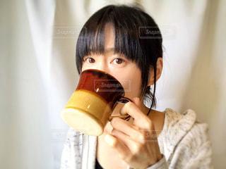 飲み物を飲む女性の写真・画像素材[2083146]