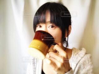 飲み物を飲む女性の写真・画像素材[2083154]