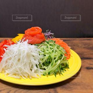 カラフルなサラダの写真・画像素材[2083245]